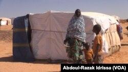 Kadi et ses deux enfants au site de déplacés de Inzouet à Ouallam, le 29 janvier 2020. (VOA/Abdoul-Razak Idrissa)