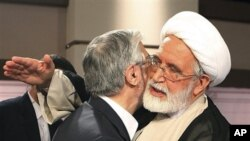 ຜູ້ສະມັກເລືອກຕັ້ງປະທານາທິບໍດີ ອີຣ່ານ ທ່ານ Mahdi Karroubi, (ຂວາ) ພົບກັບທ່ານ Mir Hossein Mousavi ນັກປະຕິຮູບ ຄົນສຳຄັນ ໃນການໂຕ້ວາທີທາງໂທລະພາບທີ່ນະຄອນ Tehran