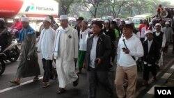 Para ulama dan pemimpin pondok pesantren di Ciamis memimpin rombongan peserta aksi damai untuk melanjutkan perjalanan dari Bandung ke Jakarta (1/12). (VOA/R. Teja Wulan)