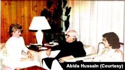 لیڈی ڈیانا عابدہ حسین کے ہمراہ اس وقت کے صدر غلام اسحاق خان سے ملاقات کر رہی ہیں۔