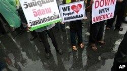 Tailandeses musulmanes sostienen carteles en una manifestación frente a la embajada de EE.UU. en Bangkok, en 2012.