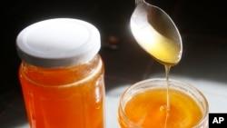 Investigación encontró 13 bacterias de ácido láctico en la bolsa de miel, el estómago, de las abejas que tendría el efecto de antibiótico.