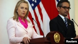 US Secretary of State Hillary Rodham Clinton, left, hold a joint press conference with Indonesian FM Marty Natalegawa in Jakarta, Indonesia, September 3, 2012.