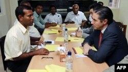 Phụ tá Tổng thư ký Liên hiệp quốc về chính trị, ông Oscar Fernandez-Taranco (phải) nói chuyện với cựu Tổng thống Malldives, ông Mohamed Nasheed (trái), về tình hình ở Maldives