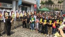 港人清明节向六四民主烈士纪念碑献花