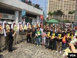 香港支联会等团体政党清明节像民主烈士献花(美国之音海彦拍摄)