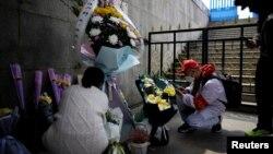 中國湖北武漢居民在清明節祭奠已故的親人。 (2020年4月4日)