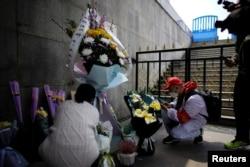 2020年4月4日中国湖北武汉居民在清明节祭奠已故的亲人