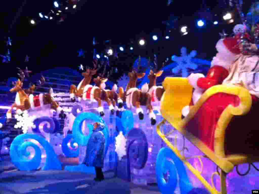 Santa, his sleigh and reindeer made of ice at National Harbor in Maryland. (Carolyn Presutti/VOA)