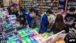 Dân chúng Hong Kong đổ xô đi mua khảu trang để tránh bị lây nhiễm trong vụ bột phát dịch corona. Ảnh chụp ngày 30/1/2020 (Photo by DALE DE LA REY / AFP)