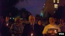 组图:活动人士6月3日晚在华盛顿的共产主义受害者纪念碑举行烛光纪念活动。