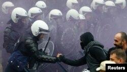 Des policiers s'affrontent avec des soldats qui manifestent contre une décision du gouvernement belge de repousser l'âge de départ en retraite des soldats à Bruxelles, Belgique, 15 novembre 2016.