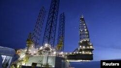 Anjungan pengeboran minyak, SEADRILL 3, yang dibangun Keppel FELS di Singapura, 21 April 2006.