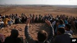 Kurd li ser sînor bi nîşana serkeftinê piştgirîya YPG dikin