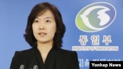 6일 한국 서울청사에서 열린 정례브리핑에서 취재진에 답하는 박수진 통일부 부대변인.