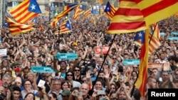 카탈루냐 자치정부가 스페인으로부터 독립선포 결의안을 가결한 27일 바르셀로나에서 시민들이 카탈루냐 국기를 휘날리고 있다.