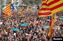 Catalanes que apoyan la secesión reaccionan a la decisión del parlamento regional de declarar la independencia de Madrid. Oct. 27, 2017.