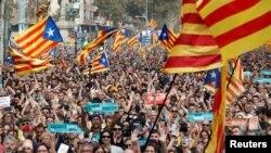 Người dân phản ứng trong khi nghị viện khu vực Catalonia biểu quyết tuyên bố độc lập khỏi Tây Ban Nha ở Barcelona, ngày 27 tháng 10, 2017.
