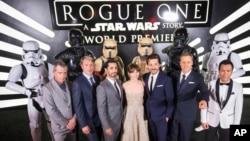 """Para aktor pendukung film """"Rogue One: A Star Wars Story"""" berpose bersama pada pemutara perdana di Pantages Theatre, Hollywood, California, 10 Desember lalu (foto: dok)."""