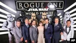 "Para pemeran film ""Rogue One: A Star Wars Story"" dalam pemutaran perdana di The Pantages Theatre, Hollywood, California, 10 Desember 2016 (Foto: Colin Young-Wolff/Invision for Nissan/AP Images)"