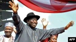 Tổng thống Goodluck Jonathan (giữa) đang đối mặt với ít nhất 4 đối thủ để được đảng cầm quyền đề cử làm Tổng thống Nigeria