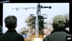 Dân chúng Hàn quốc xem truyền hình về vụ phóng tên lửa của Bắc Triều Tiên ở ri-Musudan tại một nhà ga xe lửa ở Seoul, ngày 7/4/2009.