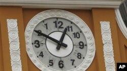 ဘိုလီဗီးယားႏိုင္ငံ၊ ကြန္ဂရက္လႊတ္ေတာ္ထိပ္မွာ နာရီလက္တံေျပာင္းျပန္သြားတဲ့ နာရီ
