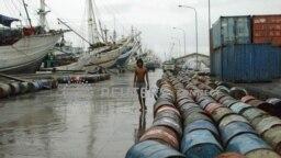 Jajaran kapal Phinisi di pelabuhan Sunda Kelapa, Jakarta, yang tidak bisa berlayar karena cuaca buruk sebagai dampak La Nina, pada 2 Januari 2012. (Foto: Reuters/Beawiharta)