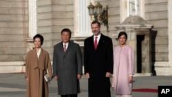 中國國家主席習近平和夫人彭麗媛,西班牙國王費利佩和王后萊蒂齊亞11月3日在西班牙馬德里皇家宮殿舉行的歡迎儀式上。