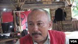 """Kader PDIP Indra Wijaya memberi keterangan di Posko PDIP Jl.Diponegoro Jakarta seusai """"Aksi tolak arogansi TNI"""" di Jakarta (VOA/Andylala)."""