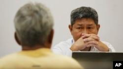 Điều tra viên của Cục Điều tra Đặc biệt Thái Lan thẩm vấn một nghi can trong đường dây buôn người hôm 1/7/2015.