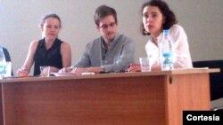 Bức ảnh do HRW chụp Edward Snowden (giữa) tại phi trưởng ở Moscow