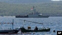 Tàu hải quân Indonesia KRI Singa tham gia nỗ lực tìm kiếm tàu ngầm KRI Nanggala bị mất tích giữa lúc đang tập huấn hôm thứ Tư 21/4/2021 ngoài khơi Banyuwangi, Đông Java, Indonesia. (AP Photo)