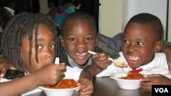 华盛顿一个学习中心的儿童每天晚上享用中央厨房提供的晚餐(美国之音斯格布尔拍摄)
