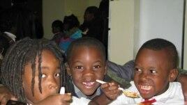 Trẻ em được cung cấp một bữa ăn tại nhà bếp của tổ chức D.C. Central Kitchen(VOA / R. Skirble)