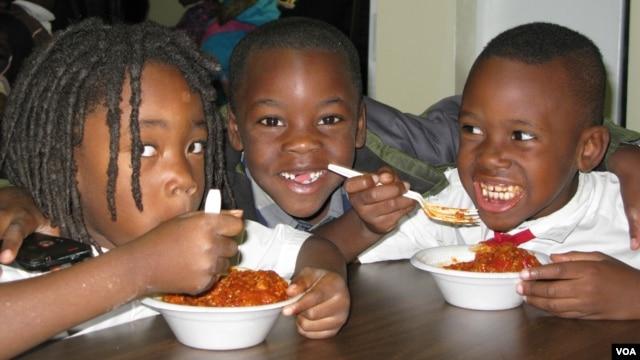 Trẻ em được cung cấp bữa ăn tối tại nhà bếp của tổ chức D.C. Central Kitchen(VOA / R. Skirble)