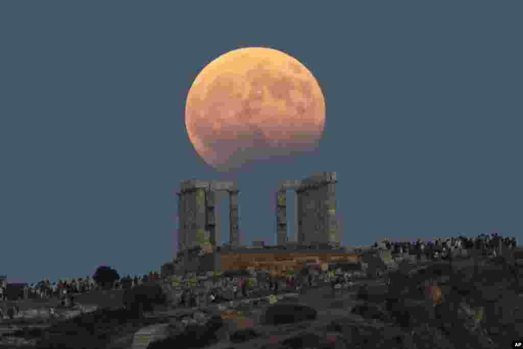 نمایی از ماه کامل در یونان