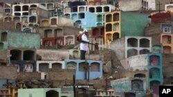 9일 페루 리마 외곽 지역에서 보건 관계자가 지카 바이러스를 퇴치하기 위해 방역을 실시하고 있다.