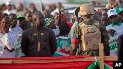 Tentara Nigeria melakukan pengamanan ketat pada sebuah acara kampanye Presiden Goodluck Jonathan (tidak tampak dalam gambar) di Yola, Nigeria (29/1) lalu.