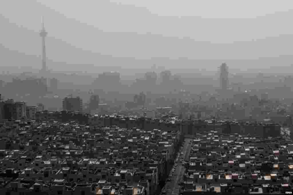 آلودگی هوا در تهران برای دومین روز مدارس را به تعطیلی کشاند