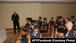 اوتو فیستر، مربی تیم ملی فوتبال افغانستان حین صحبت به اعضای تیم