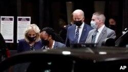 Джо Байден и Джилл Байден покидают Национальный военно-медицинский центр Уолтера Рида в Бетесде, штат Мэриленд, 2 сентября 2021