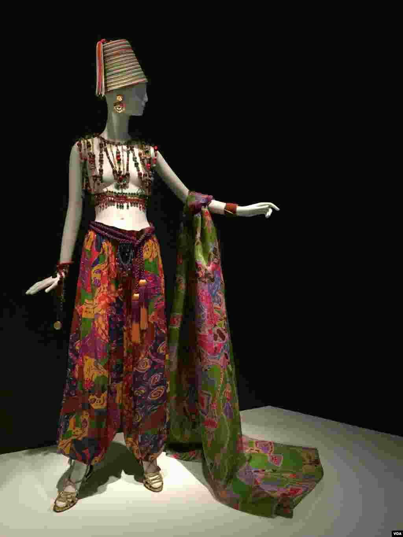 نمایشگاه تاریخچه ایو سن لوران طراح مد فرانسوی