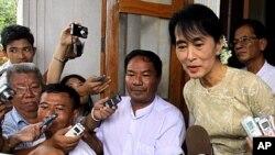 ທ່ານນາງ Aung San Suu Kyi ຜູ້ນໍາປະຊາທິປະໄຕໃນມຽນ ມາ ກ່າວຕໍ່ນັກຂ່າວຫລັງຈາກ ພົບປະກັບທ່ານ Derek Mitchell, ທູດພິເສດສະຫະລັດ. ວັນທີ 12 ກັນຍາ 2011.