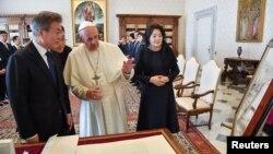 Đức Giáo Hoàng Phanxicô gặp Tổng thống Moon Jae-in và phu nhân của ông, Kim Jung-sook, tại Vatican.