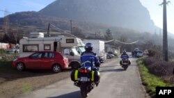 قیامت سے بچنے کے لیے فرانسیسی ایک جنوبی مشرقی محفوظ قصبے میں اکٹھے ہورہے ہیں۔