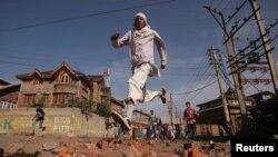 کشمیر میں حالات بدستور کشیدہ ہیں اور مختلف علاقوں میں کرفیو نافذ ہے۔ (فائل فوٹو)