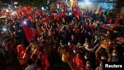 ရန္ကုန္ၿမိဳ႕က NLD အမ်ဳိးသားဒီမုိကေရစီအဖဲြ႔ခ်ဳပ္႐ုံးေရွ႕မွာ ေတြ႔ရတဲ့ ေအာင္ပဲြခံ NLD ပါတီ ေထာက္ခံသူမ်ား။(ႏိုဝင္ဘာ ၀၉၊ ၂၀၂၀)