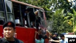 Cảnh sát, và nhân viên điều tra, cứu hộ tại hiện trường vụ nổ ở thị trấn Matalam, miền nam Philippines, ngày 21/10/2010