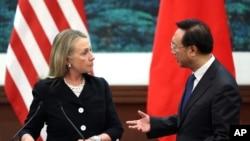 Ngoại trưởng Hoa Kỳ Hillary Clinton nói chuyện với Ngoại trưởng Trung Quốc Dương Khiết Trì sau cuộc họp báo tại Bắc Kinh, ngày 5/9/2012